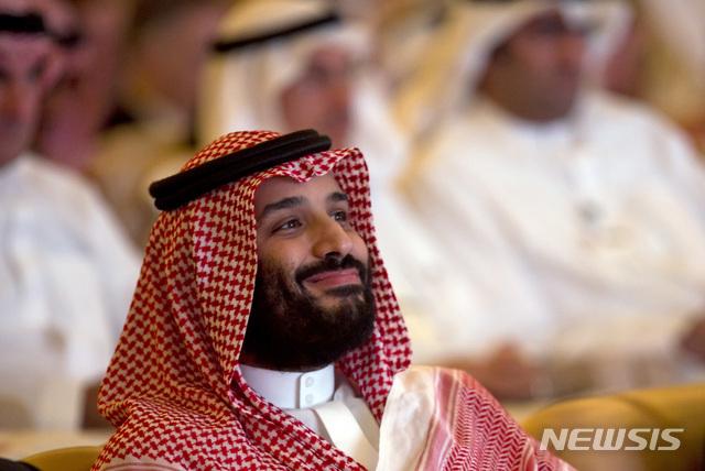 【리야드=AP/뉴시스】사우디아라비아 언론인 자말 카슈끄지의 살해를 주모했다는 의심을 받고 있는 무함마드 빈 살만 왕세자가 23일(현지시간) 리야드에서 열린 '미래 투자 이니셔티브(FII)' 개막식 행사에 참석하고 있다. 2018.10.24