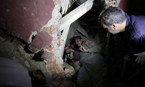 생존자 구출 5일(현지시간) 레바논 수도 베이루트 폭발 사고 현장에 투입된 구조대원들이 건물 잔해 더미에 깔린 생존자를 구출하고 있다.