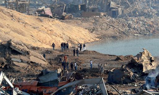 5일(현지시간) 레바논 베이루트 대폭발 현장에서 경찰과 감식반원들이 원인 조사를 벌이고 있다. 베이루트=AFP연합뉴스