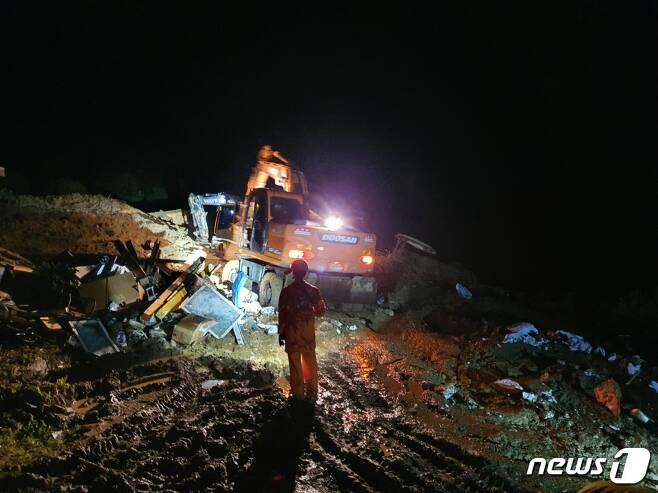8일 오후 4시42분쯤 이 마을 야산에서 발생한 산사태로 주택 1채가 토사에 휩쓸려 파묻혔다는 신고가 접수돼 소방당국이 구조 작업을 벌이고 있다.(전북소방본부 제공)2020.8.8© 뉴스1