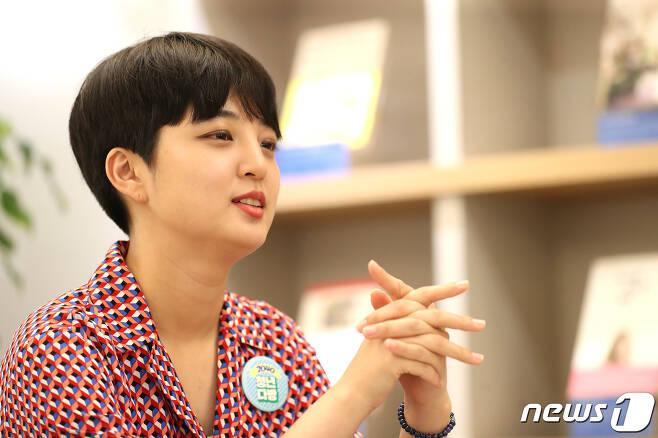 류호정 정의당 의원이 3일 오후 서울 마포구 서교동 한 카페에서 뉴스1과 인터뷰를 갖고 있다. 2020.8.3/뉴스1 © News1 임세영 기자