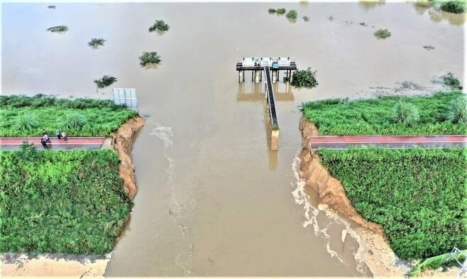 9일 새벽 경남 창녕군 이방면 합천창녕보 상류 250m 지점의 낙동강 본류 둑이 붕괴됐다. 임채현 창녕군 농업기반계장 제공