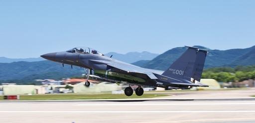 한국 공군 F-15K가 타우러스 장거리 공대지미사일을 탑재한 채 이륙하고 있다. 세계일보 자료사진