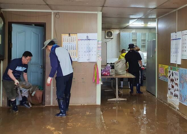 침수 주택 청소하는 공무원들 [제천시 제공. 재판매 및 DB 금지]