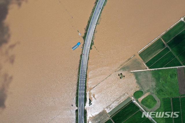 [나주=뉴시스]이창우 기자 = 9일 하늘에서 본 나주 영산강 중류 구간 대홍수 침수현장. 불어난 강물이 지천으로 역류하는 바람에 지난 8일 오후 3시30분께 문평천 제방이 붕괴돼 수마가 덮친 나주 다시면 복암·가흥·죽산들 농경지 532㏊(160만평)와 복암리 고분군 일부가 이틀째 물속에 잠겨 있다. (사진=나주시 제공) 2020.08.09 photo@newsis.com