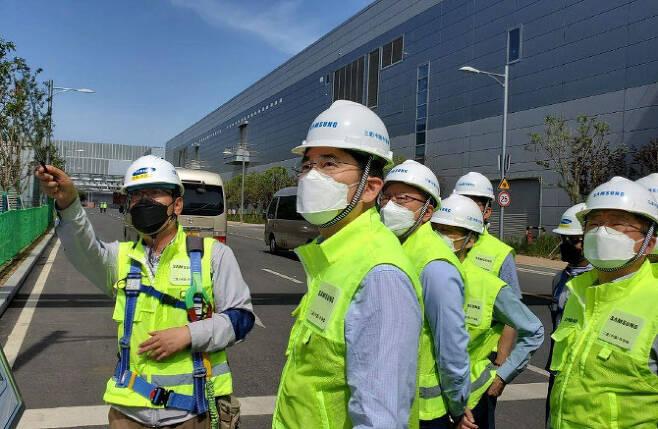 이재용 삼성전자 부회장이 지난 5월18일 중국 시안에 위치한 삼성 반도체 공장을 둘러보고 있다. (사진=삼성전자)