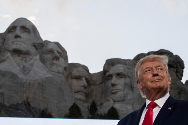 도널드 트럼프 미국 대통령이 7월4일 독립기념일을 맞이해 러시모어산을 찾은 모습. AP 뉴시스