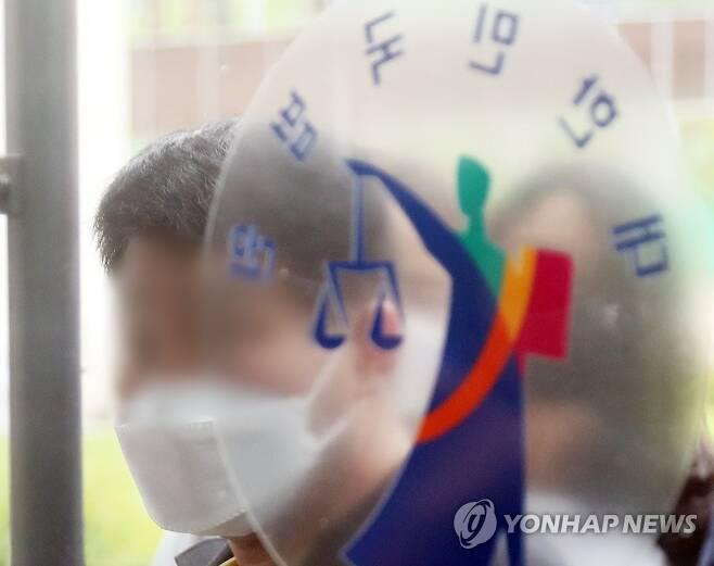 법원 들어가는 이춘재 8차 사건 재심 청구인 윤모씨 [연합뉴스 자료사진]