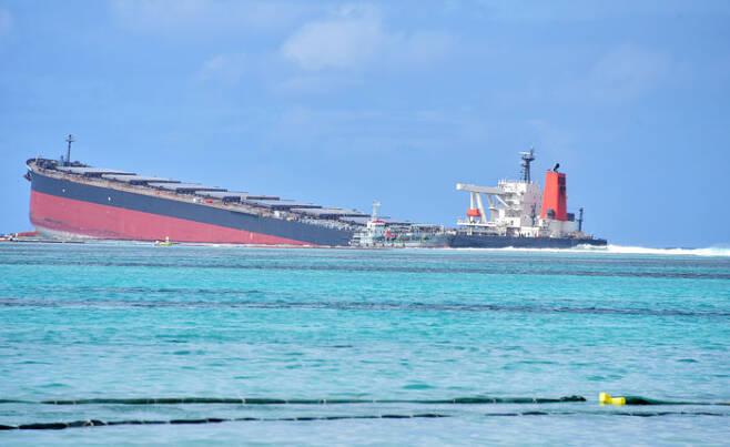 인도양 섬나라 모리셔스 남동쪽 해안에 10일 일본 화물선 MV 와카시오호가 좌초돼 있다. /로이터 연합뉴스