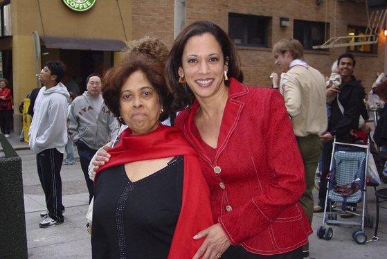 카멀라 해리스의 어머니는 인도 출신의 암 연구 과학자다. 인도에서 대학을 졸업한 뒤 UC버클리 박사 과정에서 공부하기 위해 미국에 건너왔다. 이런 배경 때문에 해리스는 미국 첫 아시아계 부통령 후보이기도 하다. 지난 2007년 찍은 사진. [AP=연합뉴스]