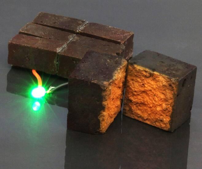 LED 등을 밝힌 스마트벽돌 [D'Arcy laboratory, Department of Chemistry, Washington University in St. Louis 제공/ 재판매 및 DB 금지]