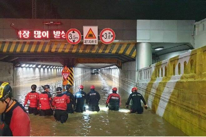 지난달 23일 부산지역에 기록적인 폭우가 내려 부산 동구 초량 제1지하차도가 물에 잠겼다. 이 사고로 3명이 숨졌다.(사진=부산경찰청 제공)