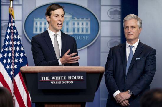 도널드 트럼프 미국 대통령의 사위 제러드 쿠슈너(왼쪽) 백악관 선임고문과 로버트 오브라이언 백악관 국가안보회의(NSC) 보좌관이 이란과 UAE 간의 외교관계 정상화 합의에 대해 브리핑 하고 있다. [이미지출처=AP연합뉴스]