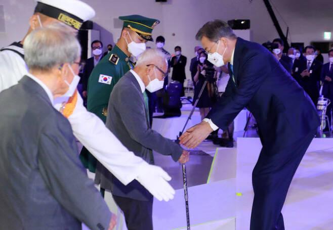문재인 대통령이 15일 서울 중구 동대문디자인플라자에서 열린 제75주년 광복절 경축식에 참석해 생존 애국지사들을 맞이하고 있다. (사진=뉴시스)