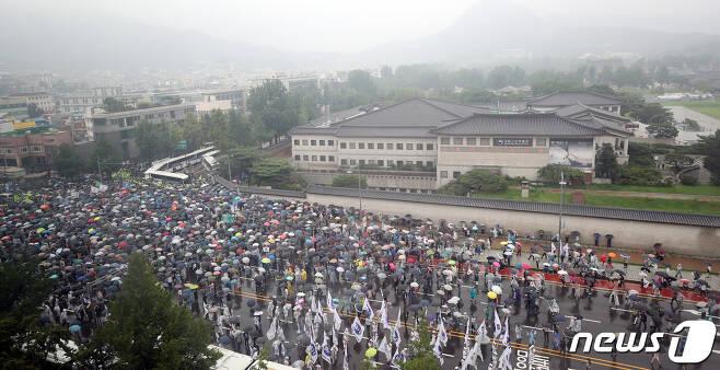 보수단체 회원들이 15일 서울 종로구 사직로에서 집회를 하며 청와대로 행진하고 있다. 2020.8.15/뉴스1 © News1 김명섭 기자