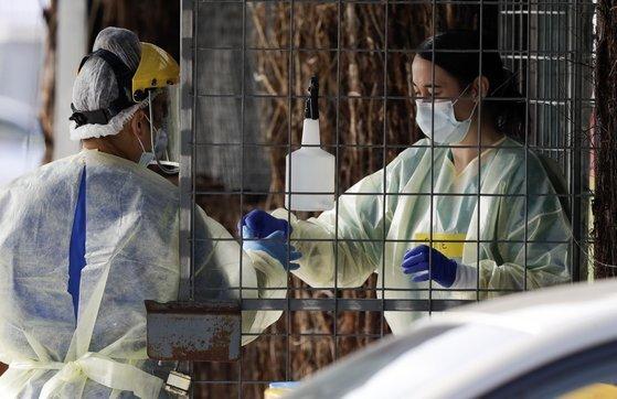 지난 13일 뉴질랜드 도시 크라이스트처치에서 의료진이 코로나 진단 검사를 준비하고 있다. [AP=연합뉴스]
