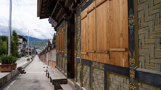 부탄은 코로나 사태 이후 처음으로 봉쇄령을 내렸다. 지난 13일 수도 팀푸의 상점들이 문을 닫은 모습. [AFP=연합뉴스]