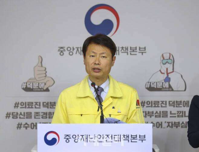 김강립 중앙재난안전대책본부 1총괄조정관이 브리핑을 하고 있다.
