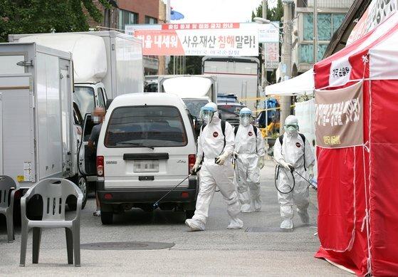 16일 오후 신종 코로나바이러스 감염증(코로나19) 집단감염이 발생한 서울 성북구 사랑제일교회에서 방역 관계자들이 방역 작업을 하고 있다. 연합뉴스