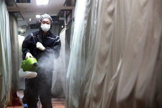 수도권 지역에서 신종 코로나바이러스 감염증(코로나19)가 확산하고 있는 가운데 17일 오전 서울 중구 동대문시장 통일상가에서 방역업체 직원들이 방역작업을 하고 있다. 뉴스1