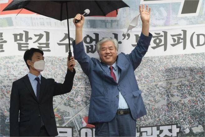 전광훈 목사가 15일 오후 서울 종로구 동화면세점 앞에서 열린 보수단체 광복절 집회에 참석하고 있다. 이한형기자