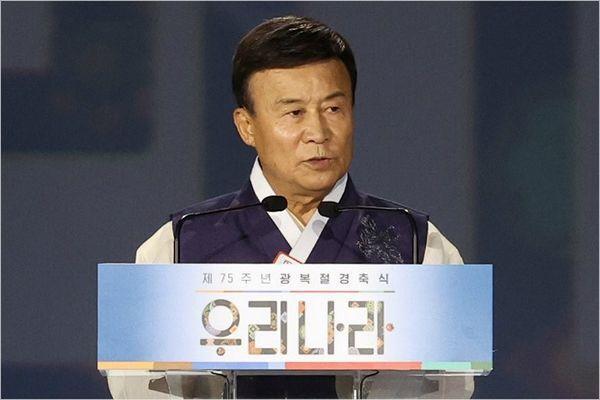 (사진=연합뉴스)김원웅 광복회장이 15일 오전 서울 동대문디자인플라자에서 열린 제75주년 광복절 경축식에서 기념사를 하고 있다.