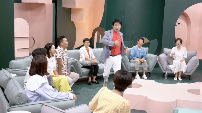 [사진=JTBC 제공] 배우 최수종의 출연에 '1호가 될 순 없어' 속 동갑내기 친구 코미디언 최양락이 도망치듯 일어나며 웃음을 자아냈다.
