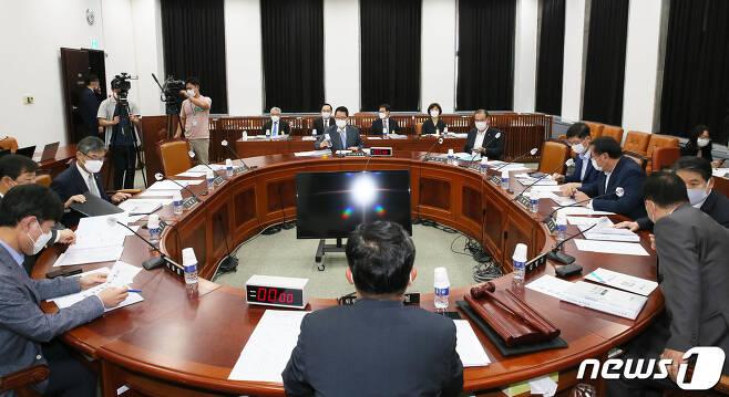 20일 오후 서울 여의도 국회에서 박지원 국가정보원장이 참석한 가운데 정보위원회 전체회의가 열리고 있다. © News1 신웅수 기자