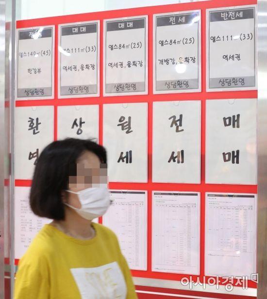 19일 정부가 전월세전환율을 기존 4%에서 2.5% 수준으로 낮추기로 했다. 홍남기 경제부총리 겸 기획재정부 장관은 부동산시장 점검 관계장관회의에서 현행 4%인 전월세전환율이 월세전환 추세를 가속화하고 임차인의 부담을 가중할 수 있다는 점을 고려해 이같이 결정했다고 밝혔다. 사진은 이날 서울 잠실 부동산 중개업소 모습. /문호남 기자 munonam@