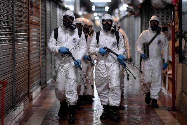 브라질 당역당국 직원들이 지역사회 방역을 위해 거리 곳곳을 누비고 있다. /AFP연합뉴스