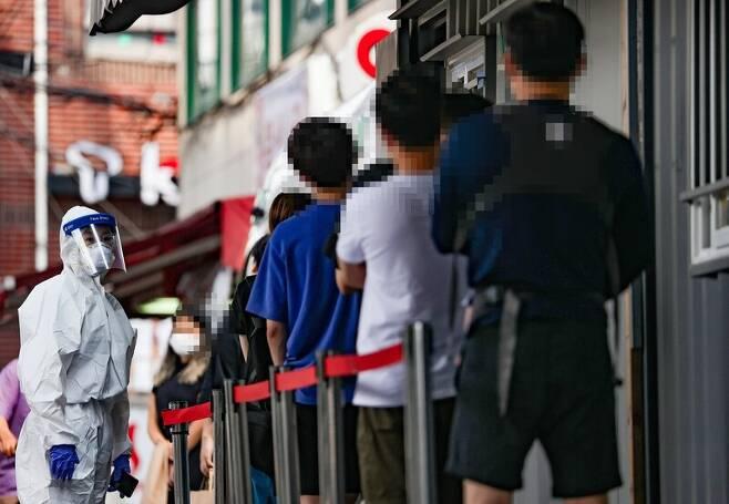 코로나19 신규 확진자 수가 397명을 기록한 23일 오전 서울 성북구보건소에 마련된 선별진료소에서 시민들이 검사를 받기 위해 줄을 서고 있다. 연합뉴스