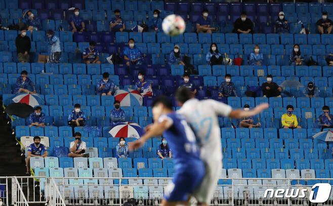 어렵사리 시작해 탈 없이 진행되고 있는 K리그에 큰 위기가 찾아왔다. 거리두기 3단계로 격상하면 시즌은 중단될 수밖에 없다. © News1 송원영 기자