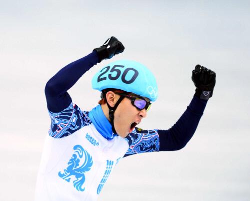 빅토르 안이 2014소치동계올림픽 남자 5000m 계주에서 러시아 대표팀 마지막 주자로 결승선을 통과한 뒤 환호하고 있다. 소치 | 김도훈기자 dica@sportsseoul.com