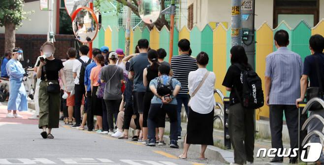 시민들이 24일 서울 구로구 보건소에서 신종 코로나바이러스 감염증(코로나19) 검사를 받기 위해 줄서 있다. /뉴스1 © News1 김명섭 기자