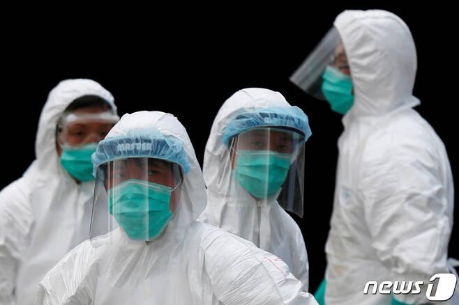 홍콩의 도매시장에서 보호복을 입은 보건 공무원들. © 로이터=뉴스1