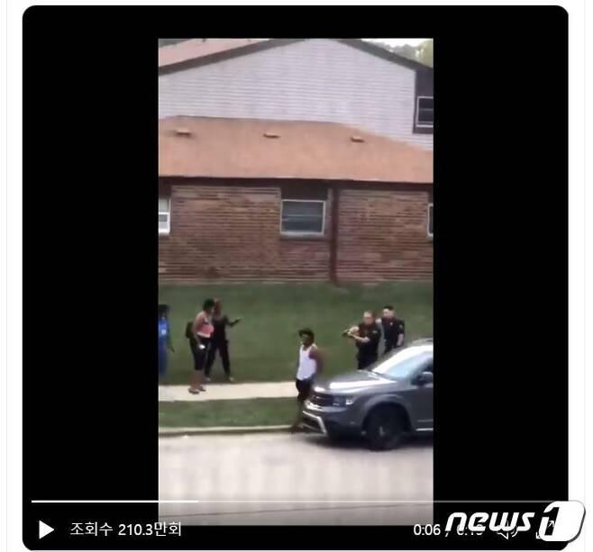 23일(현지시간) 미국 위스콘신주 케노샤시에서는 경찰이 비무장 흑인 남성을 향해 총격을 가해 중태에 빠뜨렸다(트위터 영상 갈무리).© 뉴스1