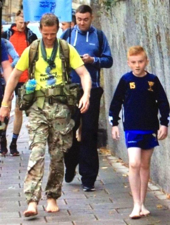 브래니건의 대장정에 동참하길 원한 한 어린이가 맨발인 채로 그와 일정 구간을 함께 걷고 있다. [트위터 캡처]