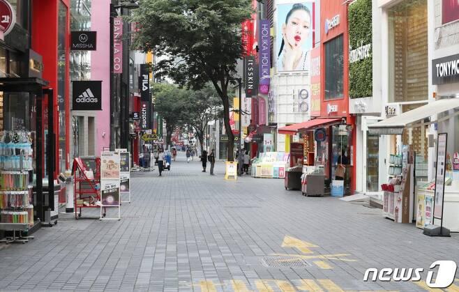 '사회적 거리 두기 2단계'가 전국적으로 확대 시행된 24일 오후 서울 명동거리가 한산한 모습을 보이고 있다. 2020.08.24./사진=뉴스1신종 코로나바이러스 감염증(코로나19)이 인구가 밀집된 수도권을 중심으로 재확산되면서 올가을 한국 경제가 최악의 소비 절벽을 경험할 수 있다는 우려가 나온다. 2020.8.24/뉴스1
