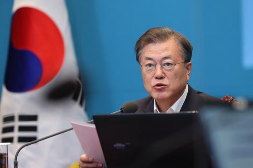 문재인 대통령이 24일 오후 청와대 여민관에서 수석·보좌관회의를 주재하고 있다. 연합뉴스