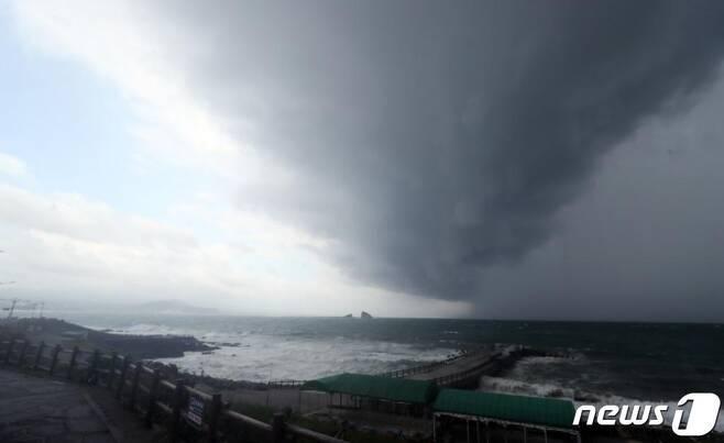 제8호 태풍 '바비(BAVI)'가 북상 중인 25일 오후 제주 서귀포시 대정읍 송악산 인근 해상에 먹구름이 몰려오고 있다./사진=뉴스1