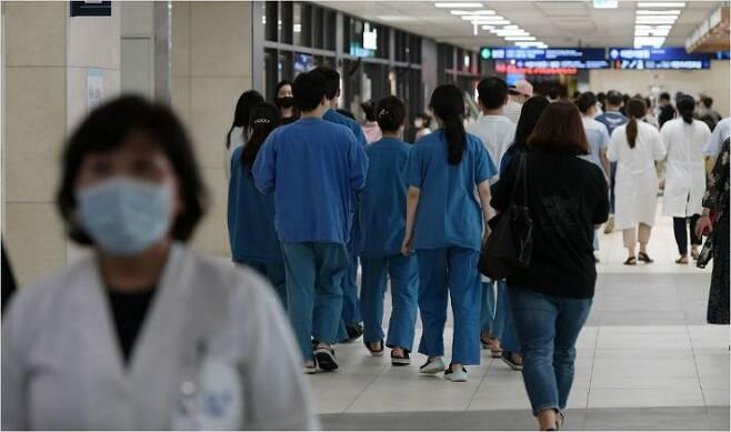 대한의사협회(의협) 총파업을 하루 앞둔 13일 오후 서울 시내 한 대학병원에 환자들로 붐비고 있다. 이한형기자