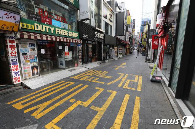 '사회적 거리두기 2단계'가 전국으로 확대 적용된 지난 23일 서울 명동거리가 한산한 모습을 보이고 있다./뉴스1 © News1 임세영 기자