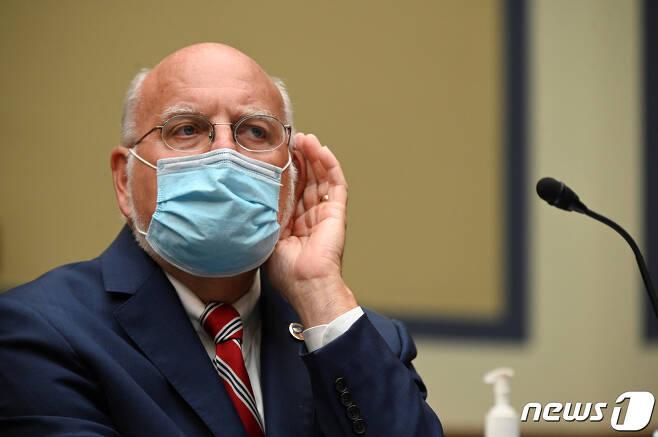 로버트 레드필드 미 질병통제예방센터 국장이 지난달 31일 하원 청문회에서 의원들의 질의에 답하고 있다. © 로이터=뉴스1