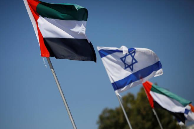 17일 이스라엘 네타냐의 고속도로에 최근 관계 정상화에 합의한 아랍에미리트연합(UAE) 국기와 이스라엘 국기가 나란히 걸려 있다. 네타냐   로이터연합뉴스