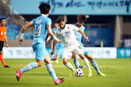 인천 유나이티드 엘리아스 아길라르(사진 가운데)(사진=한국프로축구연맹)
