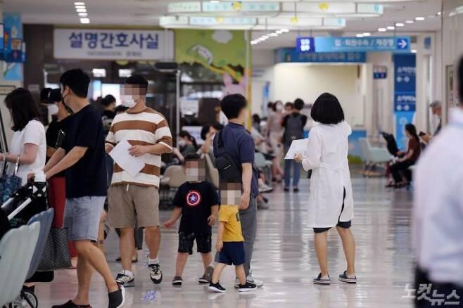 대한의사협회가 2차 총파업에 돌입한 지난 26일 서울 종로구 서울대학교병원 어린이병원에서 의료진이 내원 환자를 안내하고 있다.(사진=박종민 기자)