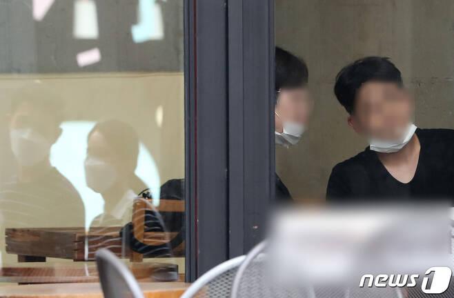 서울 전역에서 실내·외 마스크 착용 의무화가 시작된 24일 오전 서울 신사동 한 카페에서 시민들이 마스크를 벗은 채 대화를 나누고 있다. 2020.8.24/뉴스1 © News1 이성철 기자