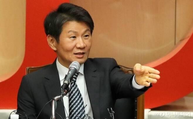 정몽규 HDC그룹 회장이 지난해 11월 아시아나항공 인수를 결정한 직후 기자회견에서 입장을 밝히고 있다. /사진=김휘선 기자