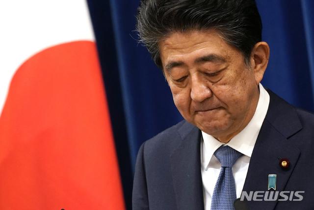 [도쿄=AP/뉴시스]아베 신조 일본 총리가 28일 도쿄 총리공관에서 기자회견을 갖고 발언하고 있다. 일본 최장수 총리인 아베 총리는 지병인 궤양성 대장염이 8월 초 재발했다면서 총리직을 사임하겠다고 정식으로 밝혔다. 2020.08.28.