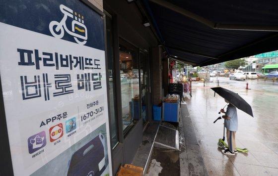 30일부터 일주일간 수도권 프렌차이즈형 카페에서는 매장을 이용할 수 없고 포장과 배달만 가능하다. 또한 일반 음식점과 제과점은 밤 9시까지만 정상영업이 가능하고 다음 날 새벽 5시까지는 포장과 배달만 이용할 수 있다.   사진은 28일 오후 서울 시내의 한 제과점 모습. 연합뉴스